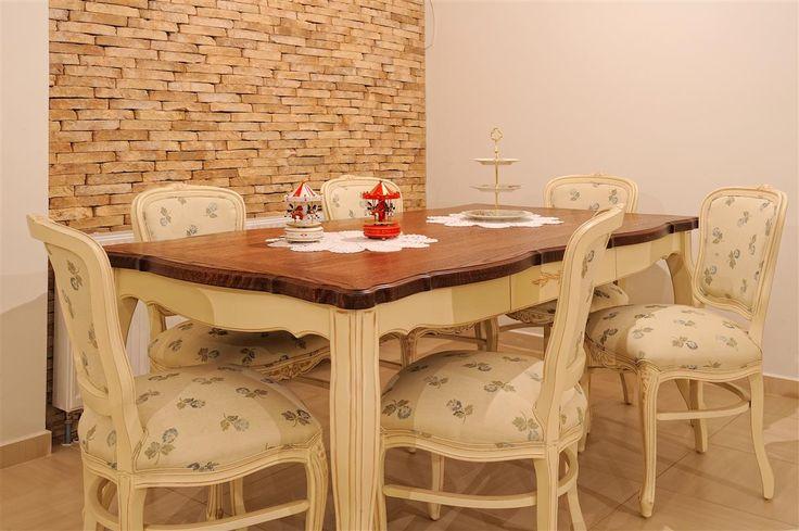 Τραπέζι σε κλασικό σχέδιο με βάση από λακαριστή οξυά με τεχνοτροπία πατίνας και καπάκι από δρυ λουστραριστό με ακρυλικά βερνίκια, διακοσμημένο με σκαλίσματα.