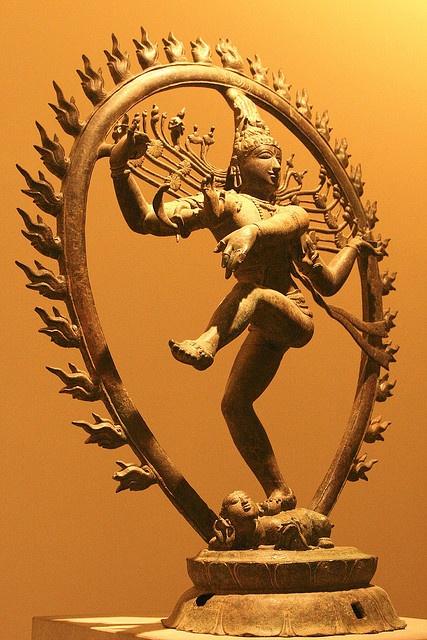 """Siva Natarâja, """"roi de la danse""""  11e siècle, dynastie Cola (850-1100) Originaire de la ville de Vellalagaram, état fédéré de Tamil Nadu, sud de l'Inde Section Inde du musée Guimet"""
