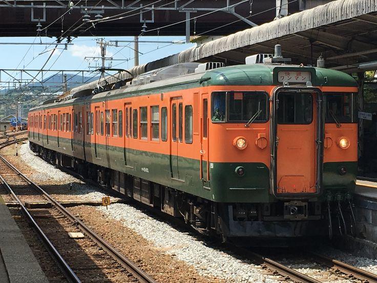 小諸駅に到着する湘南色に復元されたしなの鉄道115系S3編成