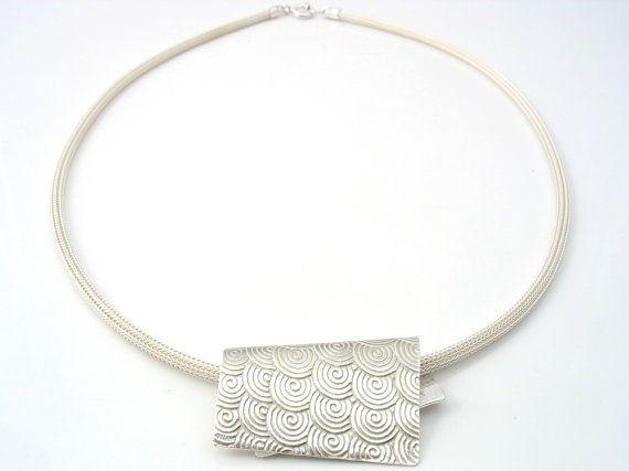 Sterling zilveren spiraalpatroon hierover vervormd rechthoek. Meting van de hanger is 4,5 cm X 2,5 cm, wit 3 mm mesh zilver 44 cm lengte.  De laatste drie afbeeldingen tonen de bijpassende ring en de twee oorbellen-opties.  Onze werkmethoden: ~~~~~~~~~~~~~~~~~~~~~~~~~~~~~ Onze werkzaamheden behelzen wax, mallen en verschillende technieken, zoals: hameren, snijwerk, en het voorbereiden van alle kabels voor het werk van filigraan.  Een juweel vergt soms een gedeeltelijke wax model, terwijl een…