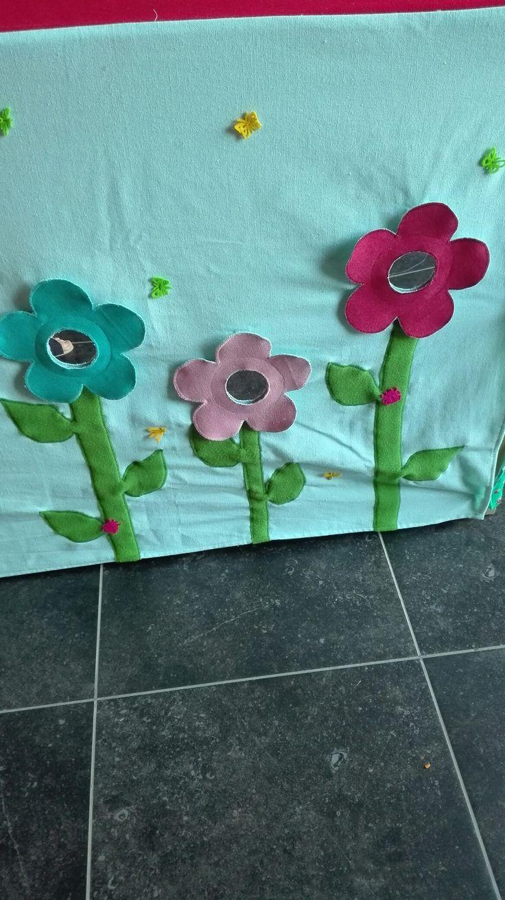Spiegels in de bloemen. Kleine kriebelbeestjes er rond