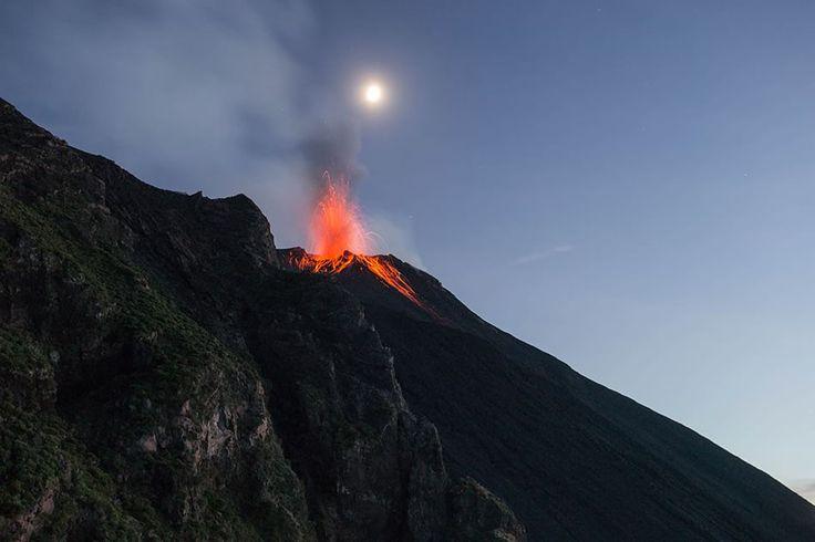Fontane di fuoco fotografia di Maurizio Littera   Attività eruttiva di una delle tre bocche del vulcano Stromboli, nelle isole Eolie, vista da 400 metri di altitudine nei pressi della Sciara del Fuoco.