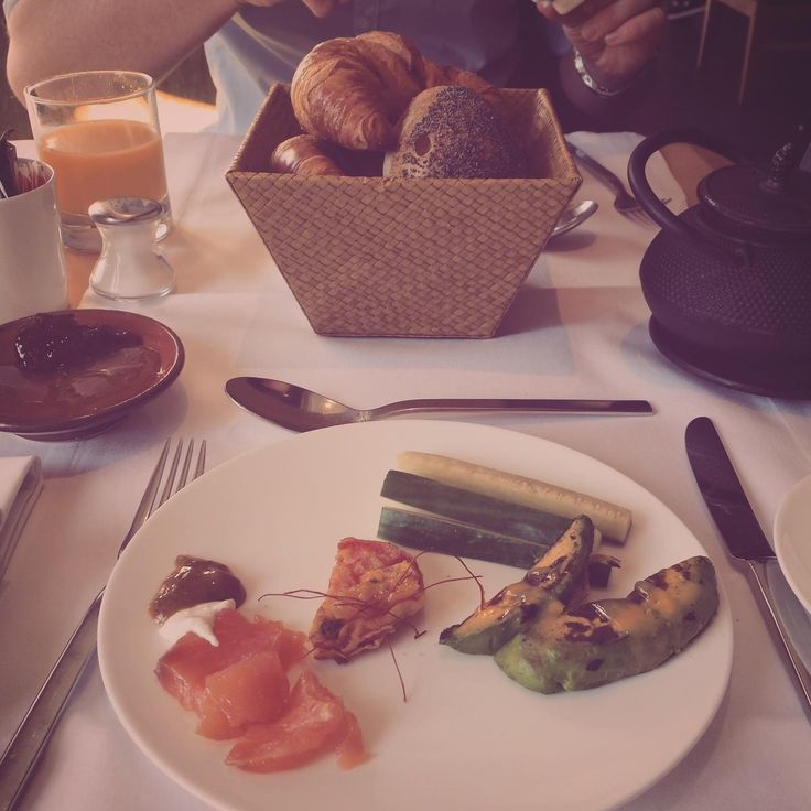 Erster Teller vom Frühstücksbuffet mit Avocado, Tomaten mit Cashewnussglasur etc. im Emiko in München. Lust Restaurants zu testen und Bewirtungskosten zurück erstatten lassen? https://www.testando.de/so-funktionierts