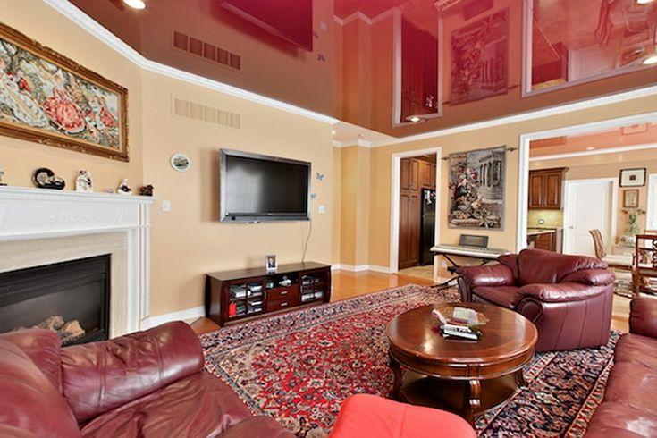 Натяжной потолок для комнаты в красных тонах