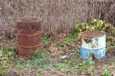 Старые ржавые бочки для выращивания огурцов