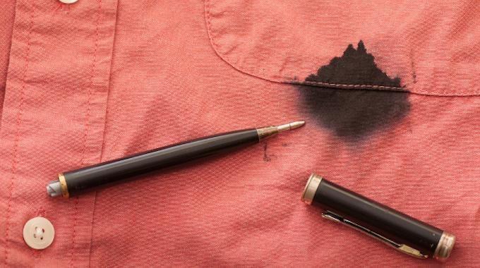 Vous avez fait une tache d'encre sur un vêtement ? Pas de panique ! Ne jetez pas votre chemise car tout n'est pas perdu. Voici une astuce incroyable pour enlever cette vilaine tache. L'as