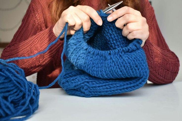 Uite așa tricotăm căciulile noastre călduroase! http://scrollprinfolclor.ro/magazin-caciula-tricotata/ #caciula tricotată #handmade #handmadegifts