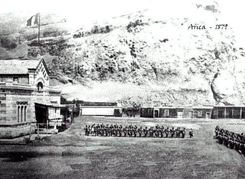 Arica. Formación militar peruana al pie del Morro de Arica, antes de la toma por parte de la tropas chilenas. En el palo mayor, se observa la bandera peruana