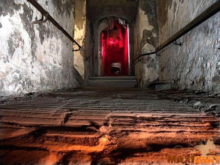 """""""El callejón Mary King - Edimburgo, Escocia""""::: Hace 400 años el callejón Mary King era uno de los lugares más concurridos de Edimburgo. La situación cambió cuando la ciudad sucumbió a una pandemia de peste. La leyenda dice que tratando de evitar el pánico, las autoridades aislaron a los infectados en un área, y luego rodearon la zona peligrosa con una pared blanca. Las personas eran llevadas al """"callejón de la muerte"""" durante las epidemias y morían, abandonadas, sin ninguna ayuda del…"""