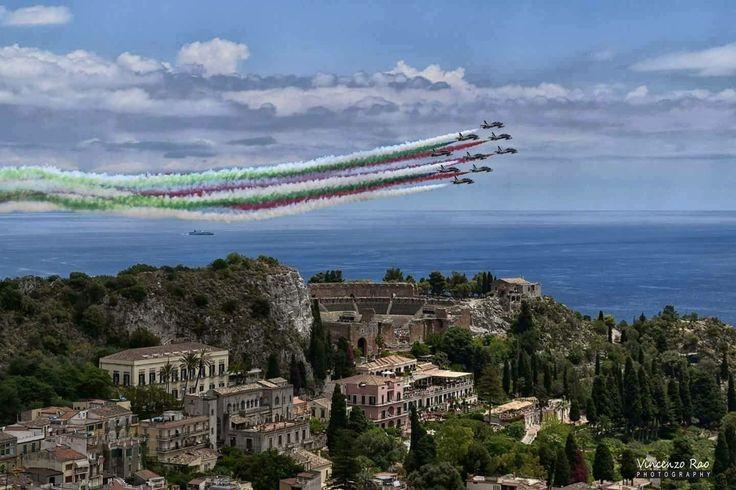 Splendida foto da una bellissima prospettiva! Un fermo immagine delle frecce tricolore stamane sul cielo di Taormina. #G7 26/5/2017  Credit photo: Vincenzo Rao
