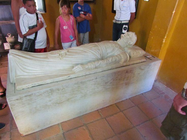 Bolívar yacente. Escultura basada en la mascarilla mortuoria tomada por el Dr. Reverend. Quinta de San Pedro Alejandrino, Santa Marta, Colombia