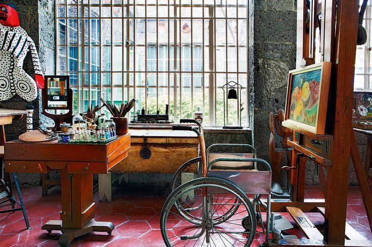 Hogar de genios - AD España, © Belén Imaz El taller como ella lo dejó, con la silla de ruedas en la que pintaba y los muñecos de papel maché que intervenía.