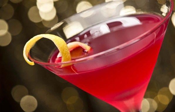 Cosmopolitan Il cosmopolitan è sicuramente un grande classico fra i cocktails, amato dal gentil sesso per la sua dolcezza e dal suo caratteristico color rubino. In questa variante useremo anche il succo di mirtillo che aumenta la sua corposità. Bevete responsabilmente...