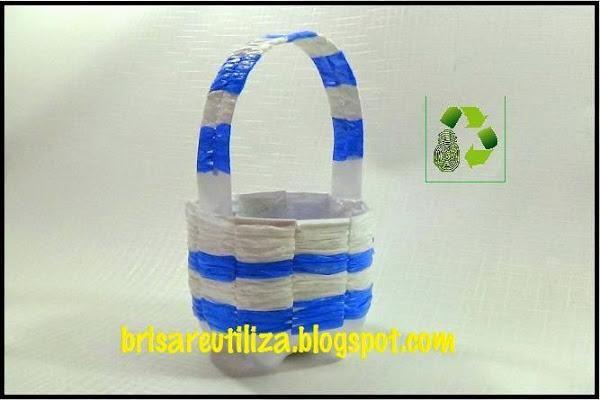Una cesta muy ecol gica con una botella y bolsas de - Manualidades con envases ...