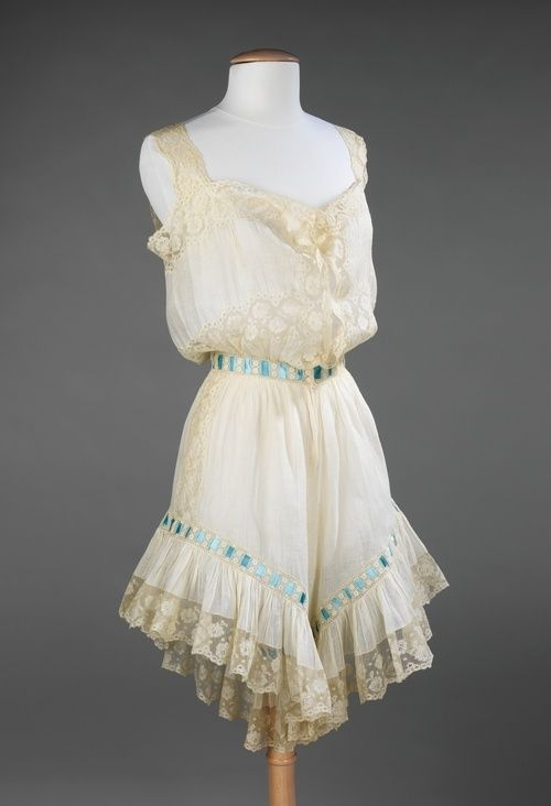 chemise victorian | this gorgeous chemise and drawers combination from 1890-1900