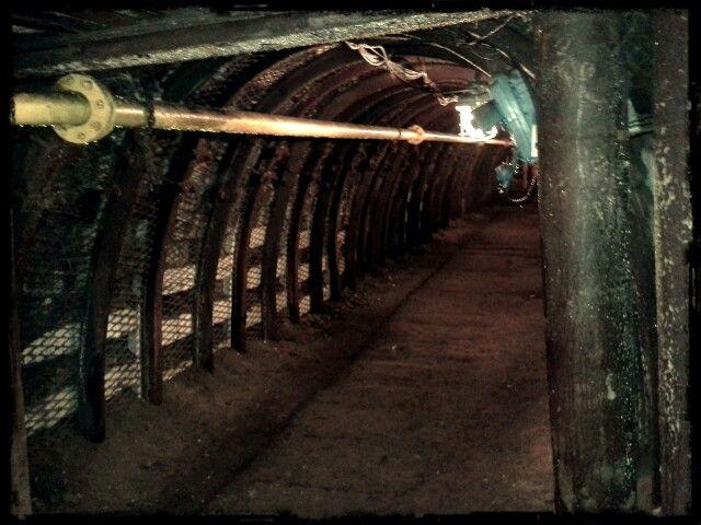 Jedna z hlavních šachet dolu, kde nám průvodce ukázal s úsměvem na rtech důlní tmu. Jednoduše zhasnul :)