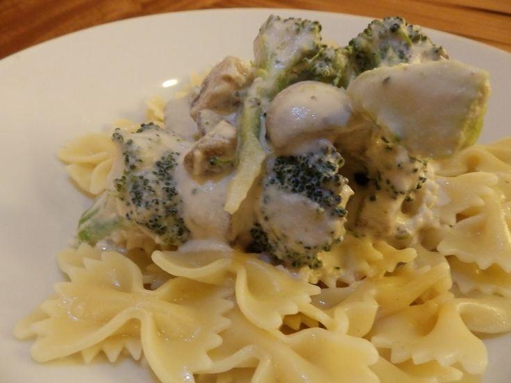 Veggie Fish: Těstoviny s mandlovou omáčkou, žampiony a brokolicí