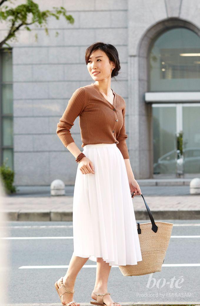 キャメルのニットをクリーンな白スカートで軽やかに着こなした涼感コーデ [5月15日]|bo,te(ボーテ)【2019】