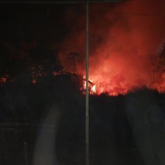 Tribratanews.com – Kios yang baru dibangun di atas lahan PSDA Jateng di Jalan Pahlawan, Kota Kajen terbakar, Minggu (27-09-2015).  Tepatnya, di lahan alang-alang di area pertanian seluas 0,5 hektar di tepi Jalan Pahlawan, Kota Kajen. Beruntung, petugas pemadam kebakaran dengan sigap memadamkan kobaran api yang sudah membumbung tinggi, sehingga puluhan ruko yang berdekatan dengan lokasi kebakaran bisa diselamatkan.