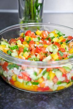 Für den Low Carb Hacksalat hab ich einfach meine Lieblingszutaten Paprika, Gurke, Tomaten und Zwiebeln mit frischen Kräutern kombiniert.