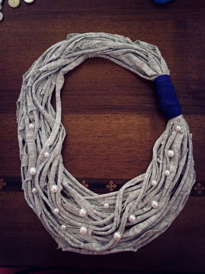 girocollo grigio con perle e chiusura blu