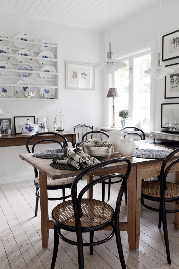Vacker matdel i kök med tallrikshylla, lång- bord och vitsåpat trägolv. Kanske kan det bli såhär fint........