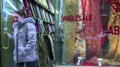 Industri fashion New York yang dikenal sebagai kiblat mode AS dan dunia, ternyata ketinggalan jaman dari segi teknologi produksi garmen. Merosotnya pamor fashion New York, membuat pemerintah kota New York membuat sebuah insentif khusus untuk membangkitkan gairah industri garmennya.  Di YouTube: https://youtu.be/Cu4JmjOCW2A