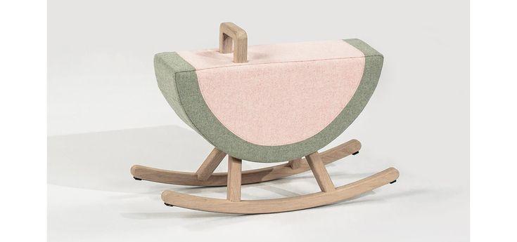 Du lit à barreau revisité au transat en bois naturel aux lignes douces, petit guide des objets et mobiliers nécessaires spécial chambre enfant qui mêlent l'utile à l'agréable.