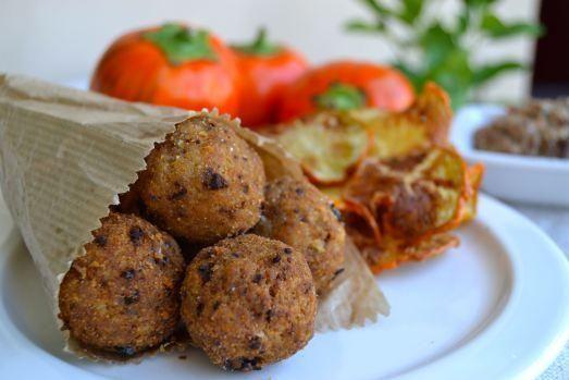 Polpette di pesce azzurro in crosta di pane di Matera e chips di melanzane rosse di Rotonda