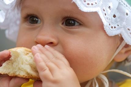 El desayuno también es importante para los bebés.   Si lo alimentas con leche de fórmula puedes ofrecerle unas galletitas especiales para la infancia, además de una papilla de fruta. Lee más http://ow.ly/epTHI