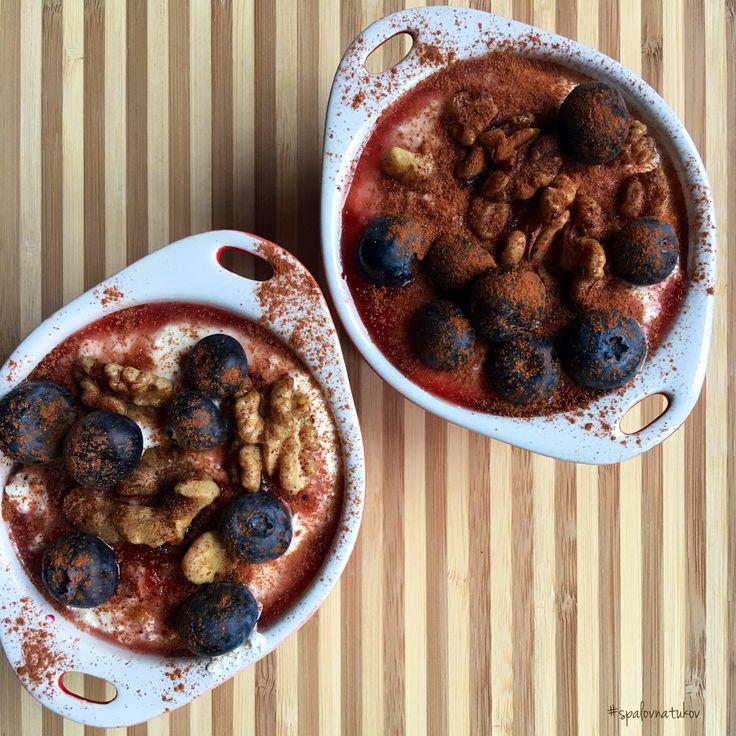 Moja obľúbená jahodovo-čučoriedková mlska 🍴😋  Potrebujeme: mrazené jahody, 1 tvaroh (kokosový jogurt), čučoriedky, celozrnné piškóty, 4 PL vločiek, 1 PL trstinového cukru, vlašské orechy,  mletá škorica.   Na dno formičiek si poukladáme piškóty, ktoré polejeme jahodovou omáčkou - coulis. Trošku odložíme na doozdovanie. Potom posypeme vsiaknuté piškóty jahodovou omáčkou vločkami. Nasleduje vrstva jogurtu - alebo tvarohu. Posypeme opraženými orechmi, čučoriedkami a polejeme omáčkou + škorica…