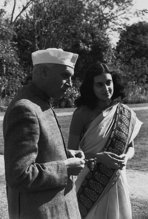 NEHRU, primer ministro de la India, y su hija Indira GANDHI - Foto de  Henri Cartier-Bresson.