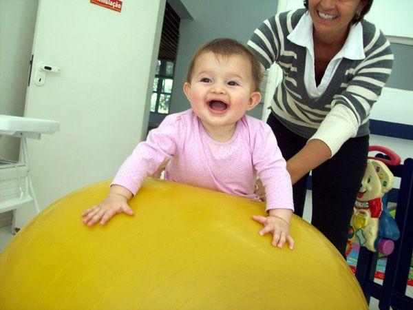 """Bola de Bobath– A Bola de Bobath possibilita o fortalecimento da musculatura dorsal e abdominal. Quando o bebê está sobre a bola, busca estabilidade e precisa ajustar-se a cada instante. Estes """"ajustamentos"""" possibilitam a busca pelo equilíbrio corporal."""
