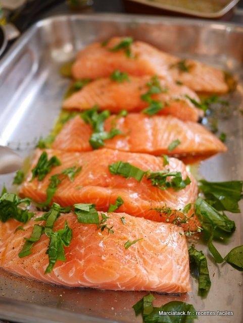 Une recette saumon au four, à customiser avec de l'oseille en hiver ou du basilic en été. Une recette intemporelle et facile qui sublime le saumon