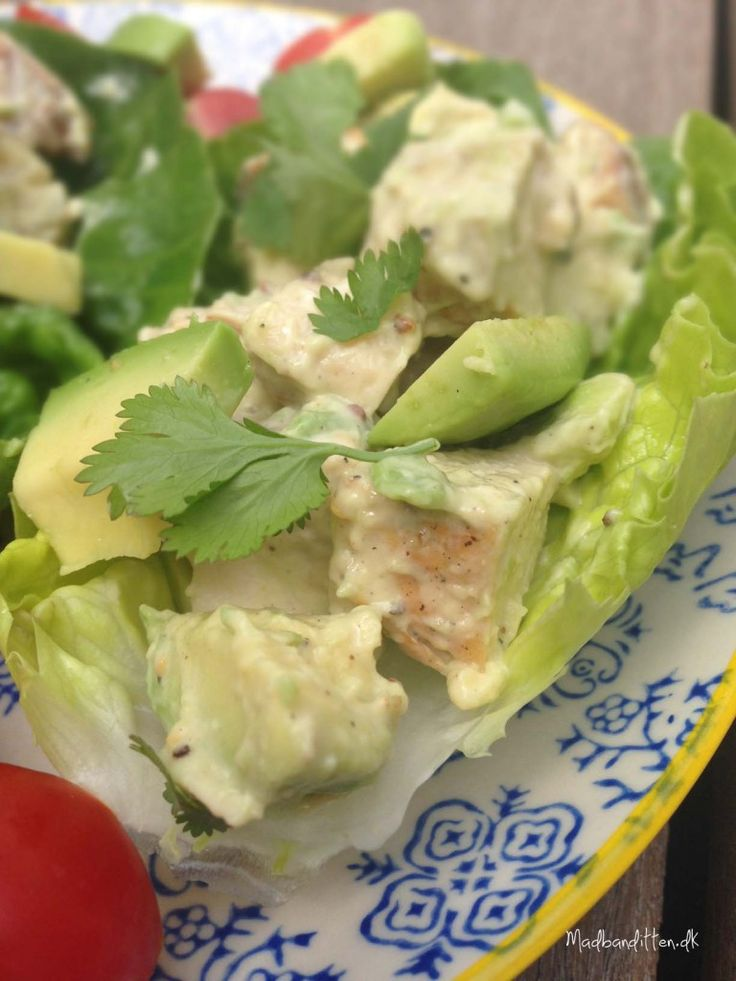 LCHF-frokost: Lækker kyllingesalat med ost og avokado