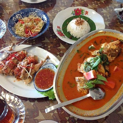Menikmati makan siang yang mantap di Kedai Tuan Njonja. Merasakan menu ikan asam Papua di atas nasi putih pastinya lezat sekali. Tidak lupa juga memesan seporsi ayam kripsi dan tauge ikan asin...