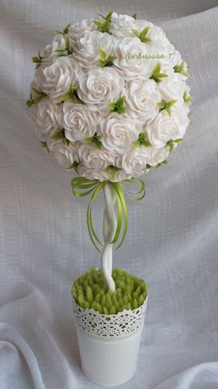 Topario con rosas blancas
