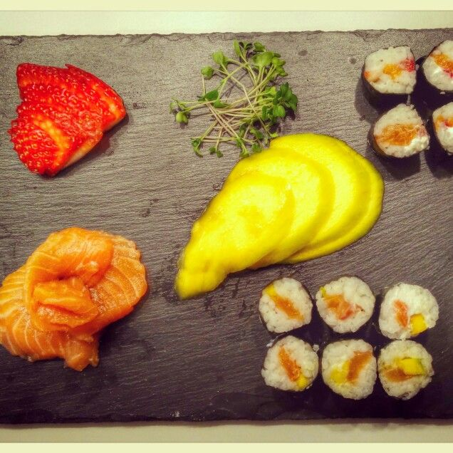 Sushi de salmão, fruta e Microgreens / Salmon with fruit and Microgreens sushi #microgreens #sushi #fruit