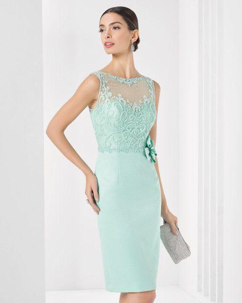 Vestido curto de piqué com brilhantes. Disponível em azul-cobalto, verde, azul-marinho, cor-de-rosa e preto.