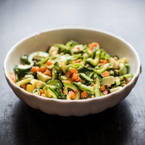 Salat med sukkerærter, avokado, mango og peanuts