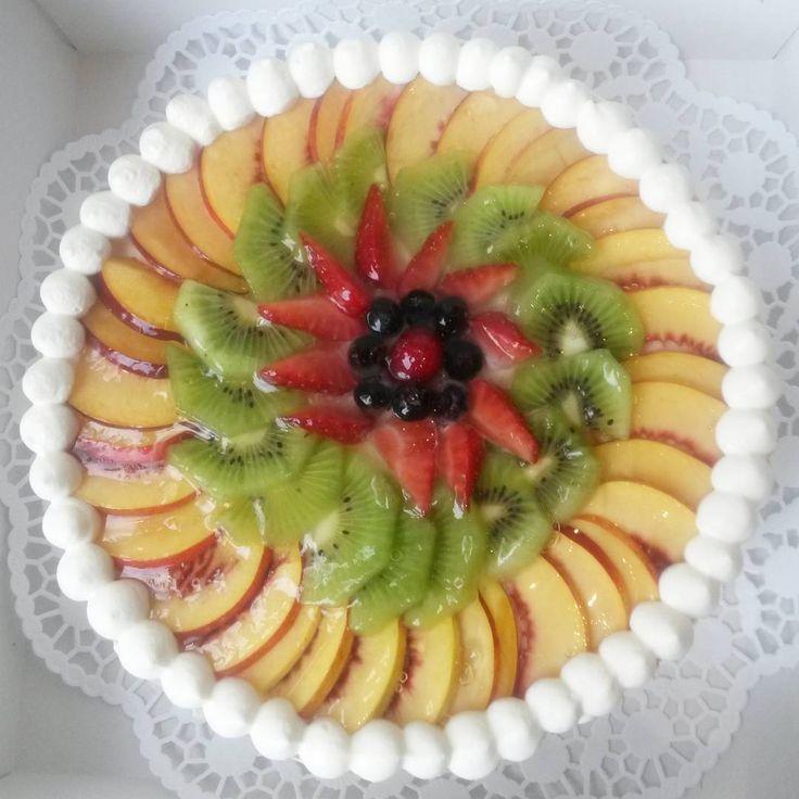 Wunderguten Morgen Euch allen  Heute zeige ich Euch eine leckere Fruchttopfentorte *mhmmm* Vielen Dank für diesen Auftrag  #törtchenprinzessin #selfmade #cake #topfentorte #früchte #pfirsich #kiwi #erdbeeren #heidelbeeren #himbeeren #jummi #foodart #goodfood #qualität #torte #graz