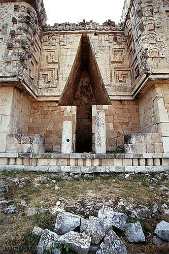 Uxmal Ruins, Yucatan . Een georganiseerde rondreis Mexico met manlief in 2003. Palace False Arch.