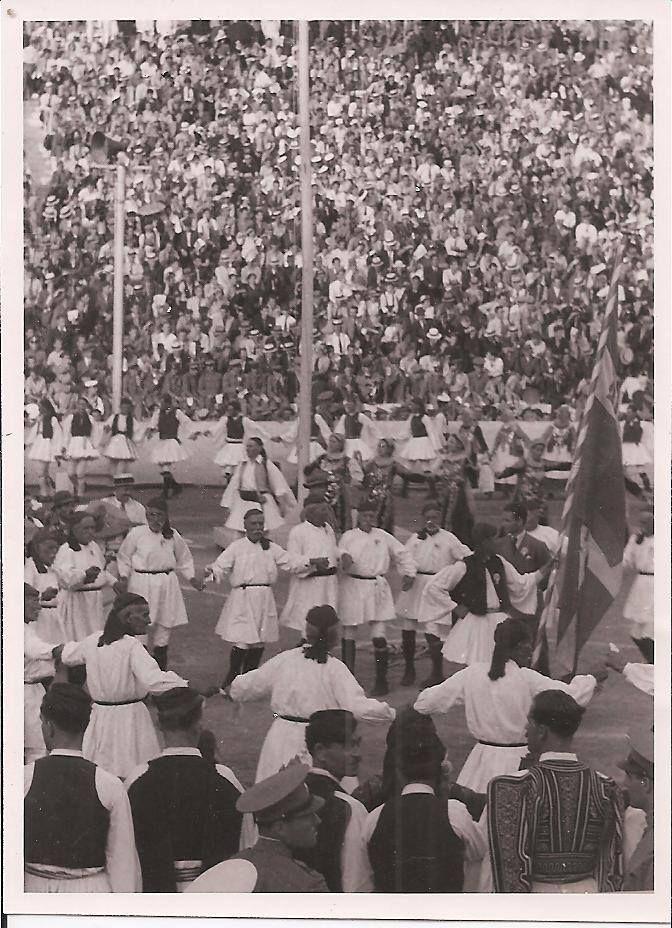 Γέροντες στο Καλλιμάρμαρο στις γιορτές της 4ης Απριλίου 1938δω