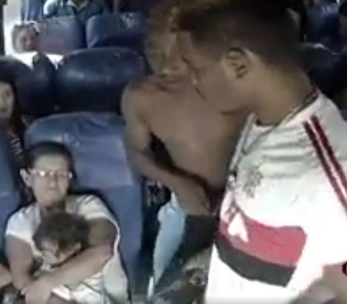 InfoNavWeb                       Informação, Notícias,Videos, Diversão, Games e Tecnologia.  : Vídeo mostra assalto em ônibus cheio de crianças e...