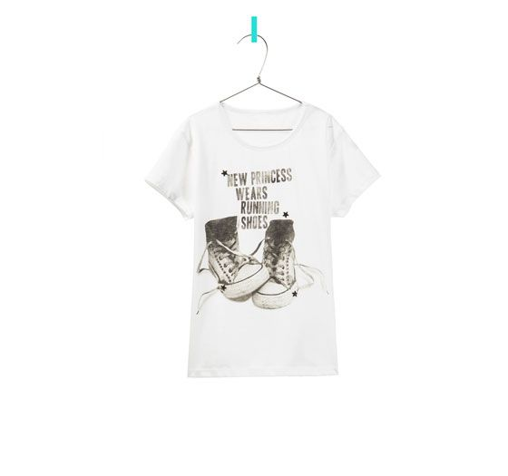 T-SHIRT WITH TEXT AND SNEAKERS