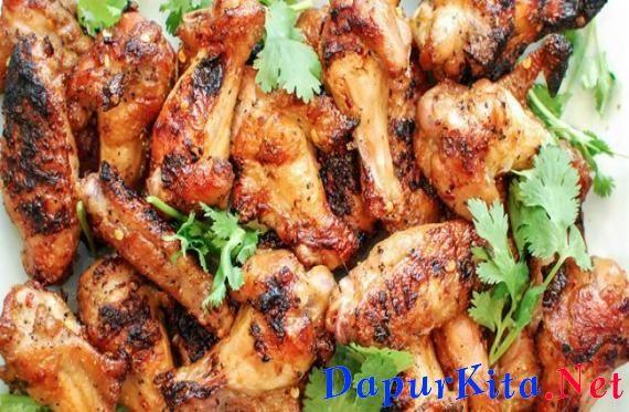 Meski chicken wings bisa Anda dapatkan dengan mudah di berbagai restoran, tapi jika bisa membuatnya sendiri di rumah pasti lebih menyenangkan, bukan? Plus, Anda bisa menyesuaikan rasanya dengan selera Anda. Misalnya mau sepedas apa, bebas, bisa diatu