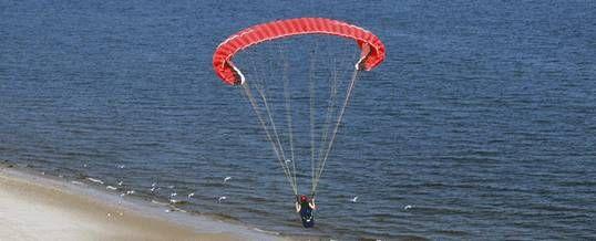 Paket Outing di Bali dengan aktivitas Paragliding. Ini adalah kategori sebuah wisata adventure dengan mengunakan sejenis parasu terjun payung, dimana berkeliling menikmati pemandangan Pantai Pandawa dari ketinggian
