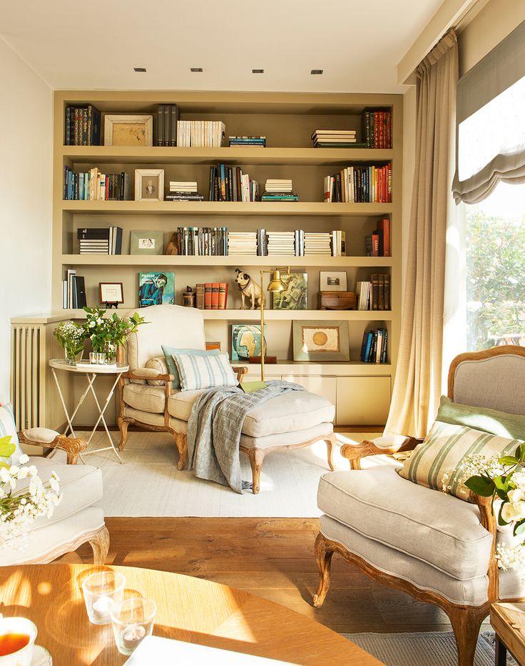 Rincón de lectura con biblioteca de obra en tonos beige y chaise longue