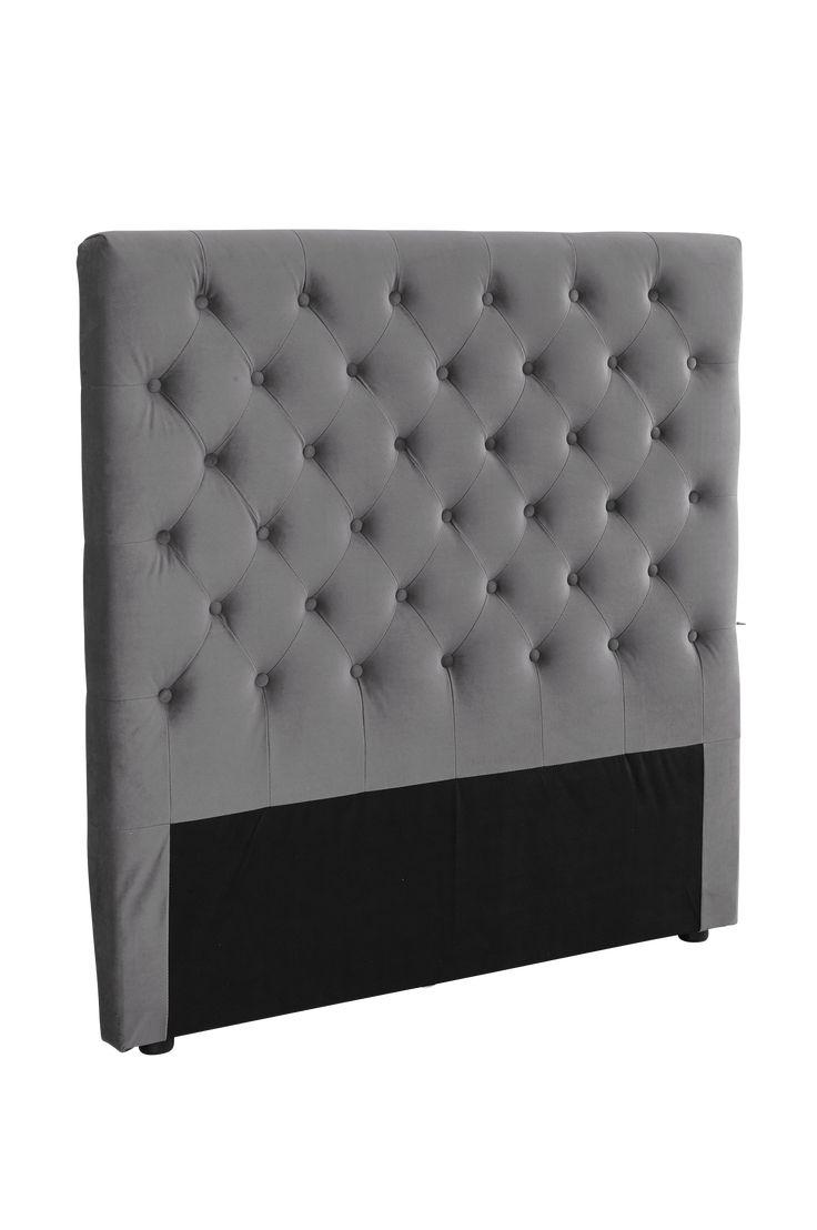 Skapa en personlig stil och lyxig känsla i sovrummet med en gedigen sänggavel i mjuk sammet. Material: 100% polyester, trästomme och skumfyllning. Storlek: Bredd 120 cm. Höjd 122 cm. Djup 10 cm. Beskrivning: Fristående gavel klädd med sammet och djuphäftade klädda knappar. Skötselråd: Torkas med fuktig trasa. Tips/råd: Gaveln behöver ingen montering, ställ den bara mellan säng och vägg.Bädda som på hotell med lyxiga sängkläder i varma färger.