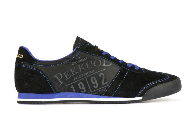 Realizzata in suede e nailon. Marchio in gel di colore antracite sul lato esterno della scarpa. Suola in EVA leggerissima di colore nero con profilo blu elettrico. Fodera in tessuto traspirante e collarino sempre di colore blu elettrico. La scarpa viene fornita sia del classico laccio di colore nero, sia di un secondo in tinta con la suola, di colore blu. Suoletta logata estraibile e cuciture in contrasto. (413754 BLACK LIMOGES WHITE 03)